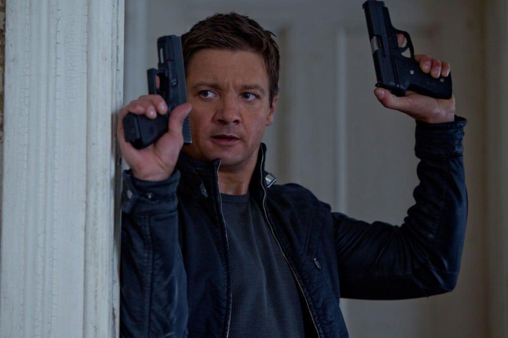 Bourne Legacy - Aaron Cross - deux pistolets