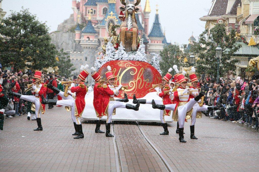 Disneyland Paris - Officiel - Cavalcade de Noël