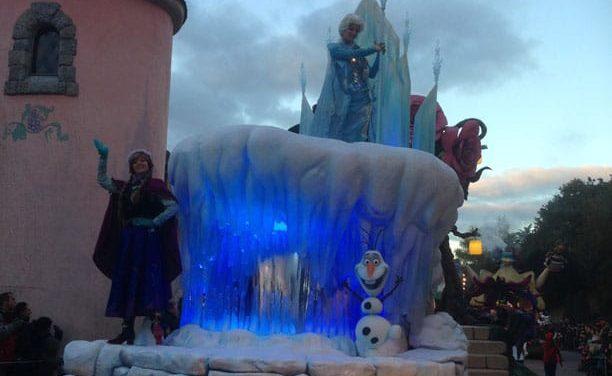 """Chronique d'une belle journée en famille pour célébrer Noël à Disneyland Paris et l'arrivée d'Elsa, Anna et Olaf du film """"FROZEN – La Reine des Neiges""""."""