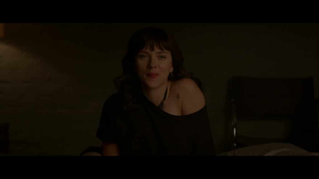 Molly (Scarlett Johansson, la serveuse