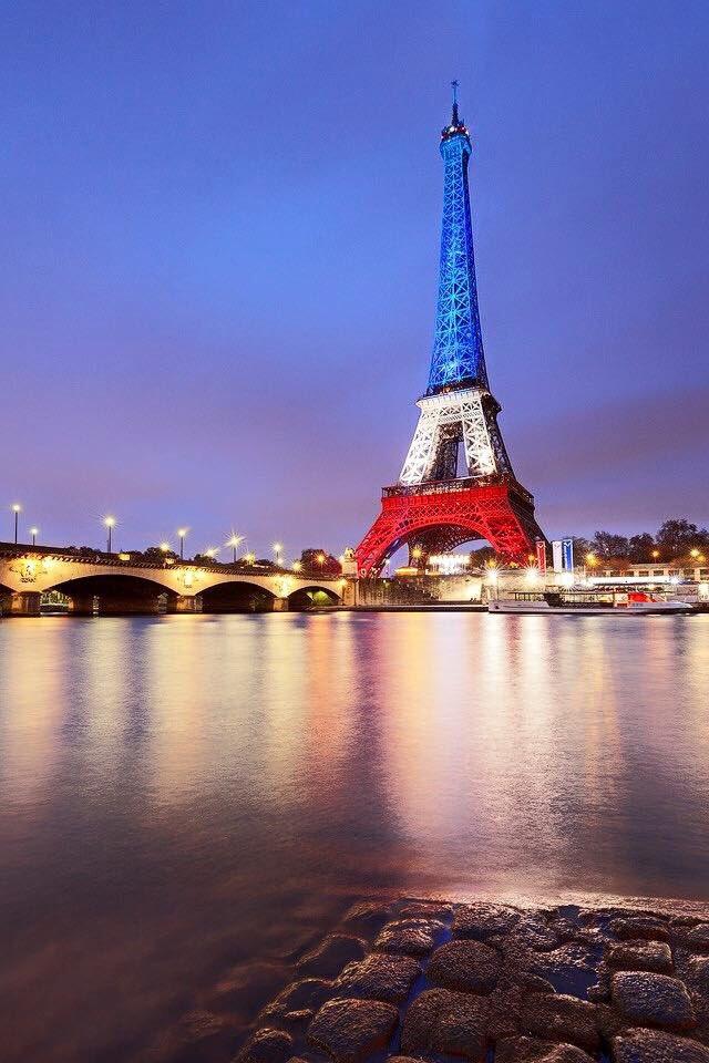 Cédric Faiche @cedricfaiche 19 hil y a 19 heures L'une des plus belles photos de la soirée (auteur inconnu) #Eiffel #AttaquesParis
