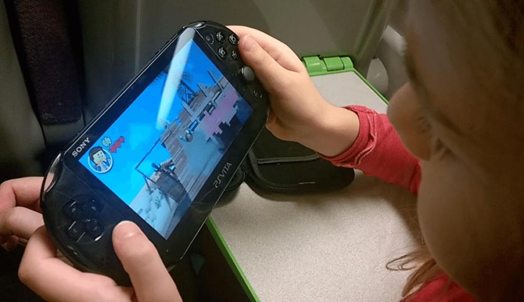 Aliénor et sa PS Vita