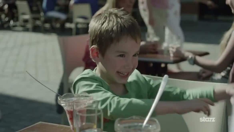 Oliver Hughes (Oliver Hunt) nage en plein bonheur avant sa disparition